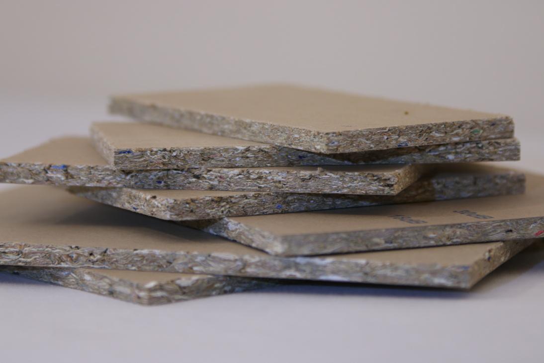 Desky z recyklovaných tetra obalů